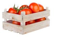 Tomates frescos en un cajón de madera Fotos de archivo