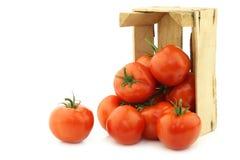 Tomates frescos en un cajón de madera Fotografía de archivo