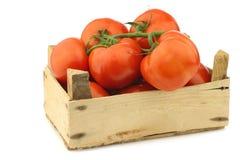 Tomates frescos en un cajón de madera Imágenes de archivo libres de regalías