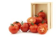 Tomates frescos en una caja de madera Imagenes de archivo