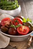 Tomates frescos maduros en un cuenco Foto de archivo libre de regalías