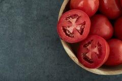 Tomates frescos na bacia de madeira Fotografia de Stock Royalty Free