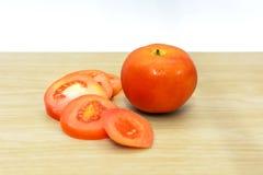 Tomates frescos na placa de madeira Foto de Stock Royalty Free