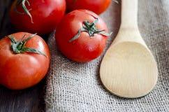 Tomates frescos na tabela de madeira Fotos de Stock