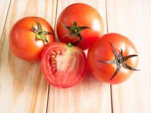 Tomates frescos no fundo de madeira Fotografia de Stock Royalty Free