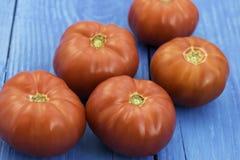 Tomates frescos no fundo de madeira Imagens de Stock