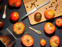 Tomates frescos y una tabla de cortar con un cuchillo Visión superior Fotos de archivo libres de regalías
