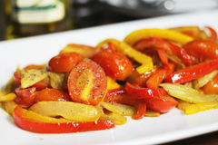 Tomates fritos con los chiles Imagen de archivo