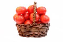 Tomates grandes en la cesta Imágenes de archivo libres de regalías