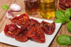Tomates, huile d'olive, ail et basilic secs Images libres de droits