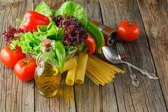 Tomates juteuses, épinards, laitue et beaucoup de genres de pâtes italiennes Photographie stock libre de droits