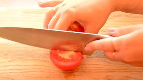 Tomates juteuses et mûres clips vidéos