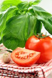 Tomates mûres fraîches avec le basilic Image stock