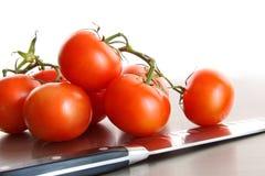 Tomates mûres fraîches sur le compteur d'acier inoxydable Image stock