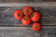 Tomates mûres rouges sur la vue en bois de fond Photo libre de droits