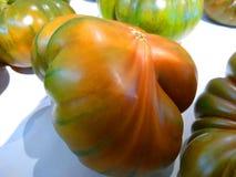 Tomates m?res de ferme dans une bo?te en carton photo stock