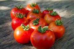 Tomates mûres et douces sur le conseil Photo libre de droits