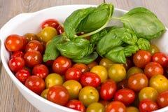 Tomates mûres fraîches dans la cocotte en terre blanche Photos stock