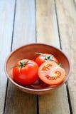 Tomates mûres fraîches dans une cuvette Photos stock