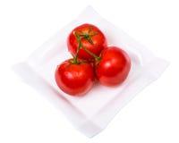 Tomates mûres fraîches lavées avec des gouttelettes d'eau Image libre de droits