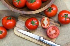Tomates mûres fraîches sur le fond en bois Images libres de droits
