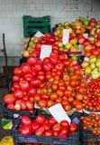 Tomates mûres fraîches sur un marché, Italie Photo libre de droits