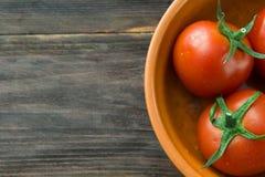 Tomates mûres juteuses sur une table en bois Image stock