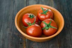 Tomates mûres juteuses sur une table en bois Images libres de droits
