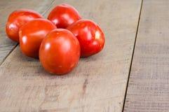 Tomates maduros da pasta em uma tabela de madeira Imagens de Stock