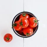 Tomates maduros do chery no fundo de madeira branco imagens de stock royalty free