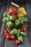 Tomates maduros doces na tabela de madeira Fotos de Stock