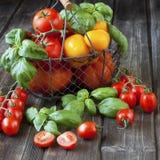Tomates maduros dulces en la tabla de madera Foto de archivo libre de regalías