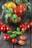 Tomates maduros dulces en la tabla de madera Foto de archivo