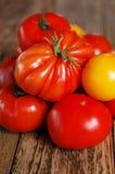 Tomates maduros em uma tabela de madeira velha Imagem de Stock Royalty Free