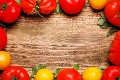 Tomates maduros em uma tabela de madeira velha Fotografia de Stock Royalty Free