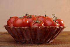 Tomates maduros en cesta Fotografía de archivo libre de regalías