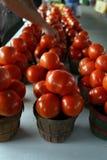 Tomates maduros en Farmer& x27; mercado de s Imagenes de archivo
