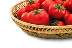 Tomates maduros en una cesta. Foto de archivo
