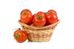 Tomates maduros en una cesta de mimbre Foto de archivo