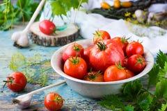 Tomates maduros en una placa Foto de archivo