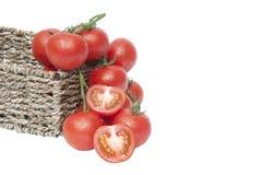 Tomates maduros frescos de la vid en cesta rústica Imágenes de archivo libres de regalías