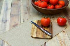 Tomates maduros frescos do close up na madeira Foto de Stock