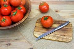 Tomates maduros frescos do close up na madeira Imagens de Stock Royalty Free