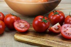 Tomates maduros frescos do close up na madeira Imagem de Stock Royalty Free