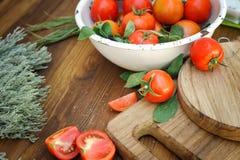 Tomates maduros frescos no fundo Fotos de Stock Royalty Free