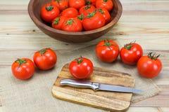 Tomates maduros frescos no fundo de madeira Fotografia de Stock