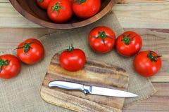 Tomates maduros frescos no fundo de madeira Imagens de Stock