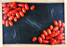 Tomates maduros frescos no fundo escuro Fotos de Stock