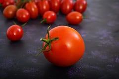 Tomates maduros frescos no fundo escuro Fotografia de Stock Royalty Free