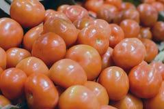 Tomates maduros rojos en el contador en el supermercado Imagen de archivo libre de regalías